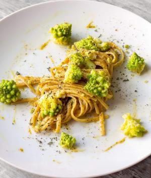 Bavette integrali con broccolo romanesco e pistacchi