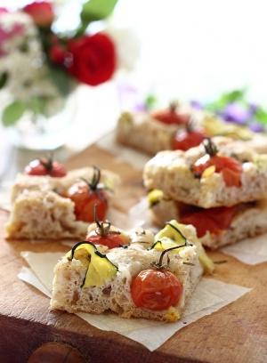 Focaccia di farro integrale con pomodorini e zucchine