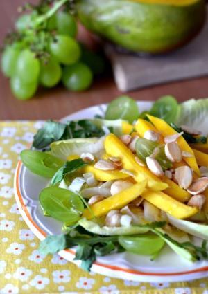 Insalata croccante con mango uva e frutta secca tostata