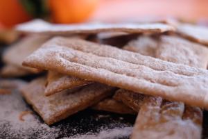 Chiacchiere di farro e farina integrale al forno