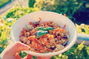 Quinoa con fiammiferi di carote al limone, basilico e olive taggiasche