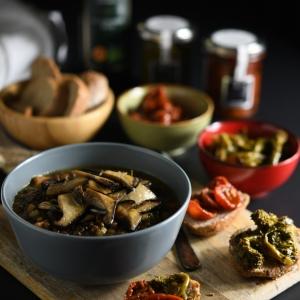 Zuppa di lenticchie e funghi cardoncelli  con crostoni di pane integrale con cime di rapa e pomodorini sottolio