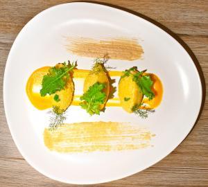 Polentina di miglio e zucca con hummus di ceci e cime di rapa croccanti