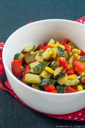 Insalata tiepida di zucchine, peperoni e mais