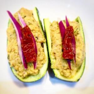 Barchette di zucchine con cibo selvatico