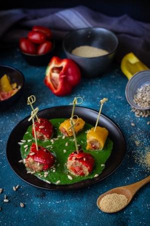 Involtini di peperoni all'amaramto su crema di spinaci