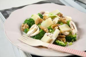 Insalata di champignon crudi, broccolo e noci