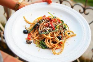 Spaghettata agli Agretti, Olive nere e Pomodorini secchi