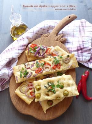 Focaccia con cipolle, olive e maggiorana
