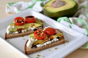 Pane di segale con avocado e formaggio fresco
