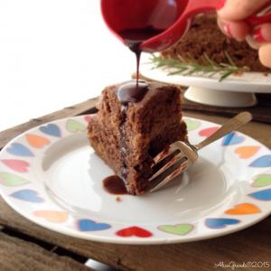 Torta vegan al cacao con arancia e rosmarino