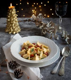 Pacchetti di pasta fresca con crema di patate, olive e pomodorini