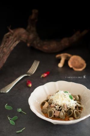 Orecchiette di grano arso con, funghi cardoncelli, purea di zucca alle erbe e caciocavallo