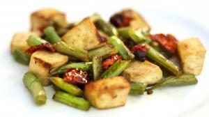 Tofu con pomodorini secchi e fagiolini