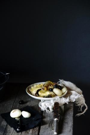 Pollo al limone, cipolle e olive nere