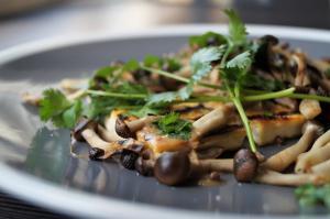 Tofu alla griglia e funghetti Shimeji al coriandolo