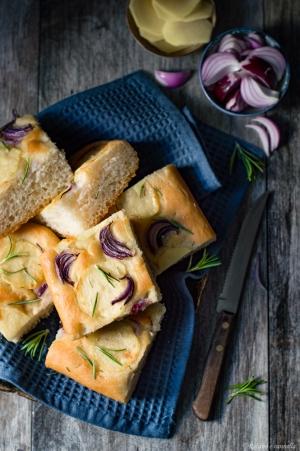 Focaccia con patate, cipolla rossa e rosmarino