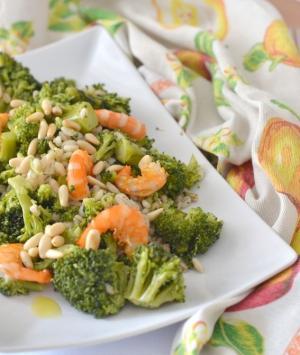 Insalata di orzo con broccoli, gamberi e pinoli croccanti