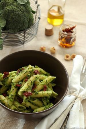 Pasta con pesto di foglie di broccolo e nocciole