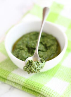 Pesto di tarassaco e avocado senza lattosio