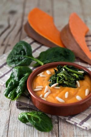 Vellutata di zucca con spinaci e pinoli