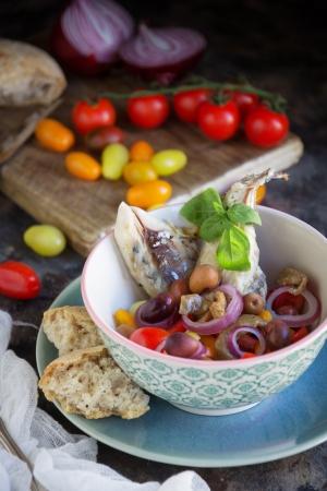 Insalata di sgombro con olive e melanzane