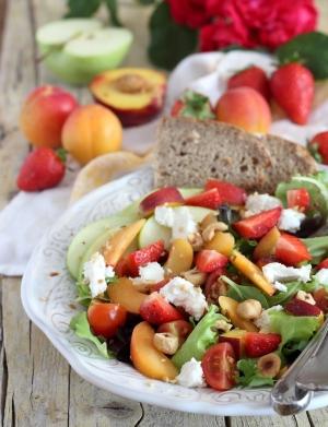Insalata estiva con frutta fresca