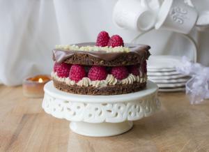 Torta al cioccolato con crema al caramello e lamponi