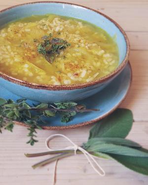 Zuppa di riso e cipolle con curry ed erbette