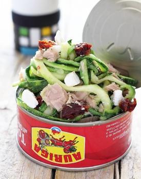 Spaghetti di zucchine al tonno, pomodori secchi e feta