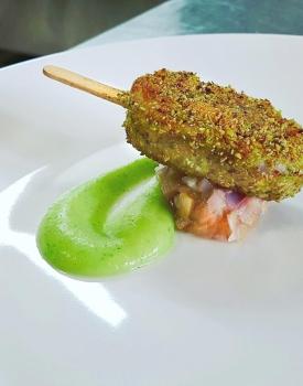 Consistenza di merluzzo e capperi in crosta di pistacchi su pestato di lampascioni e crema di patate prezzemolate