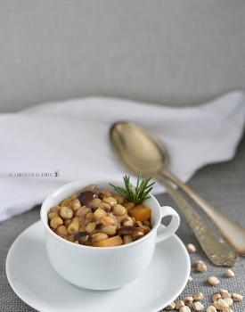 Zuppa affumicata di cicerchie con patate dolci e funghi