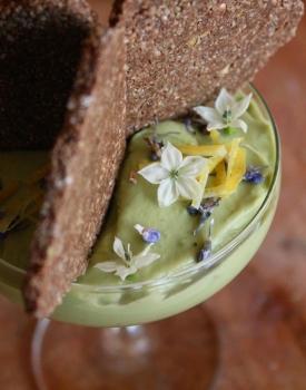 Crema di avocado e rosmarino con biscotto crudista