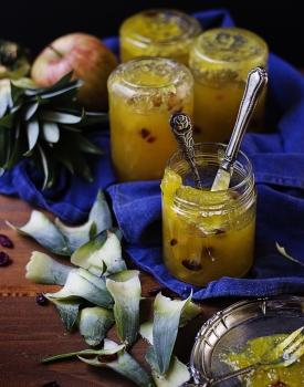 Confettura delicata di ananas e mele con frutti rossi