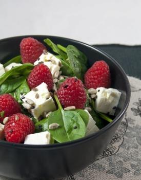 Insalata di spinacino, feta e lamponi freschi